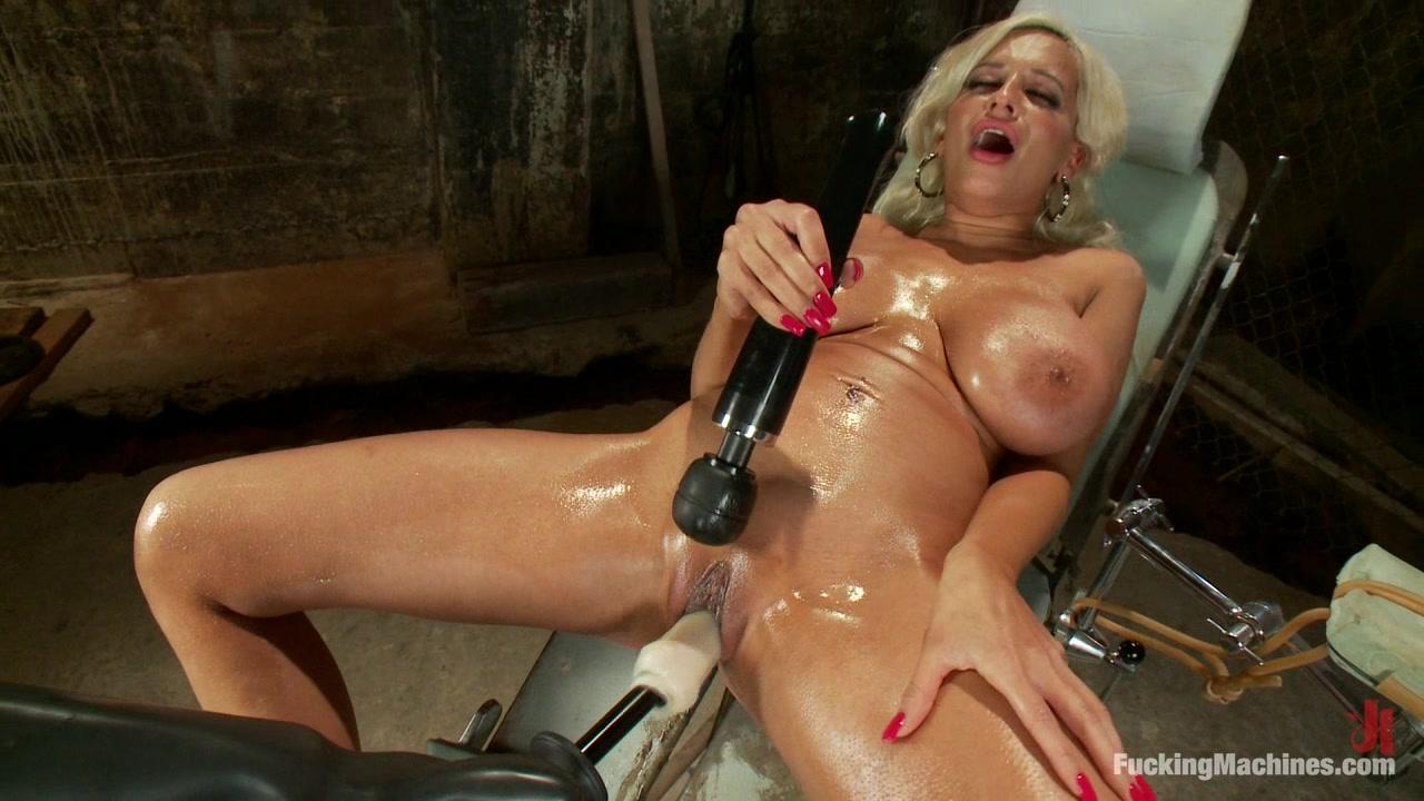 Блондинка с секс машиной порно
